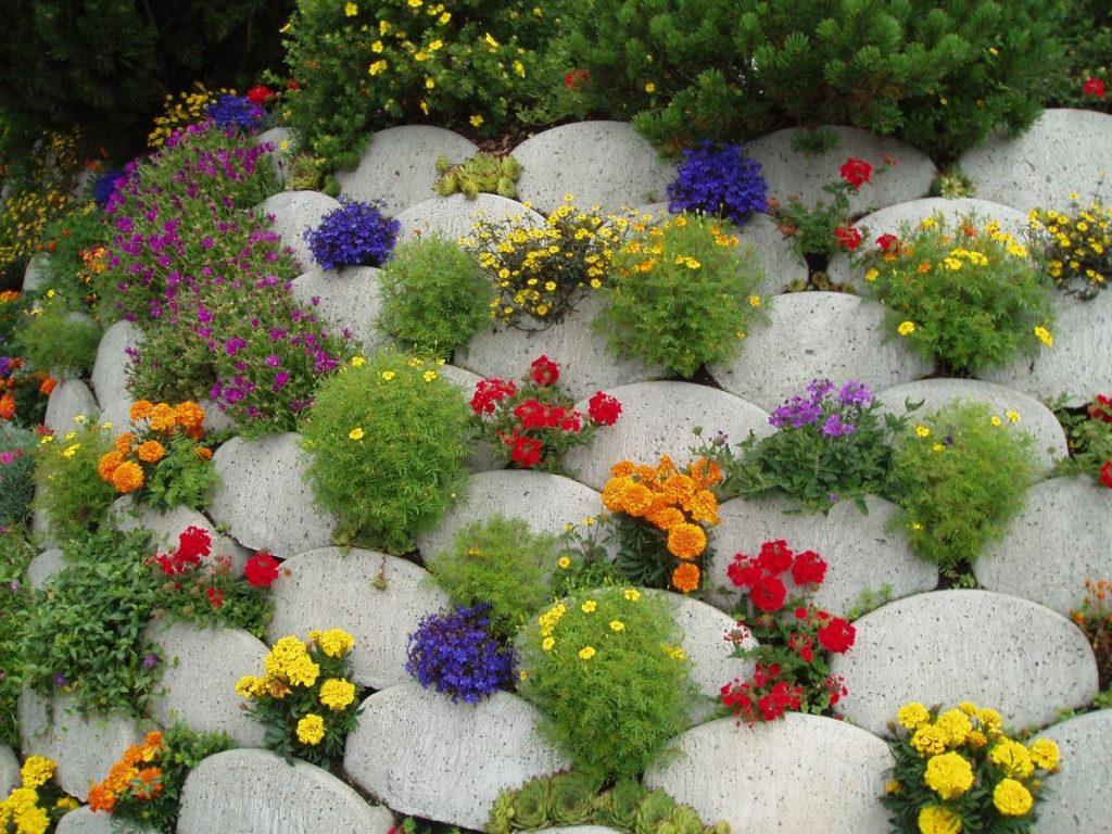 Цветник на даче из камней