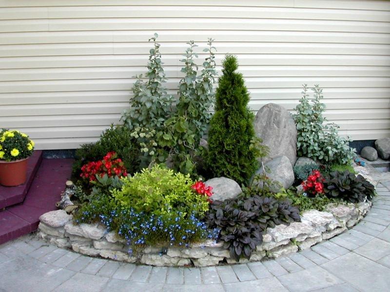 Красивое оформление цветника на дачном участке - альпийская горка