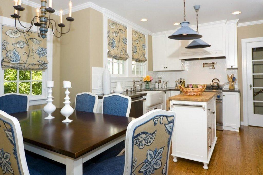 Синяя или голубая люстра будет хорошо смотреться и на кухне в классическом стиле