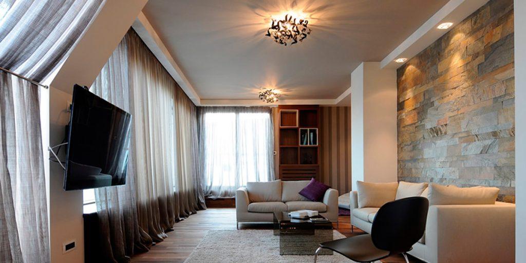 Тканевый натяжной потолок серого цвета в интерьере частного дома