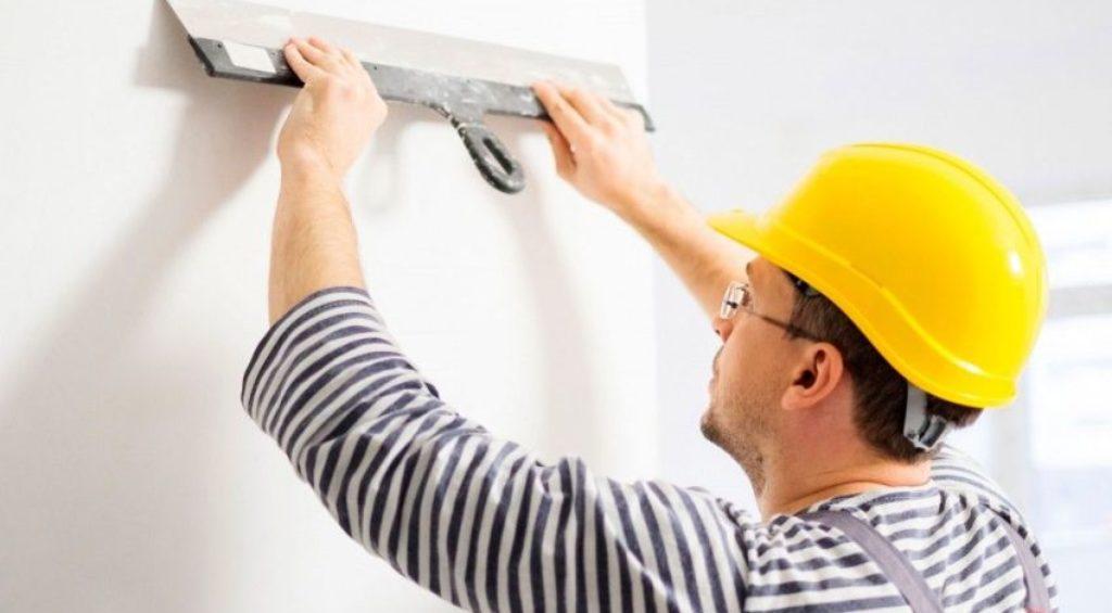 Выравнивание стен шпаклевкой и грунтовкой