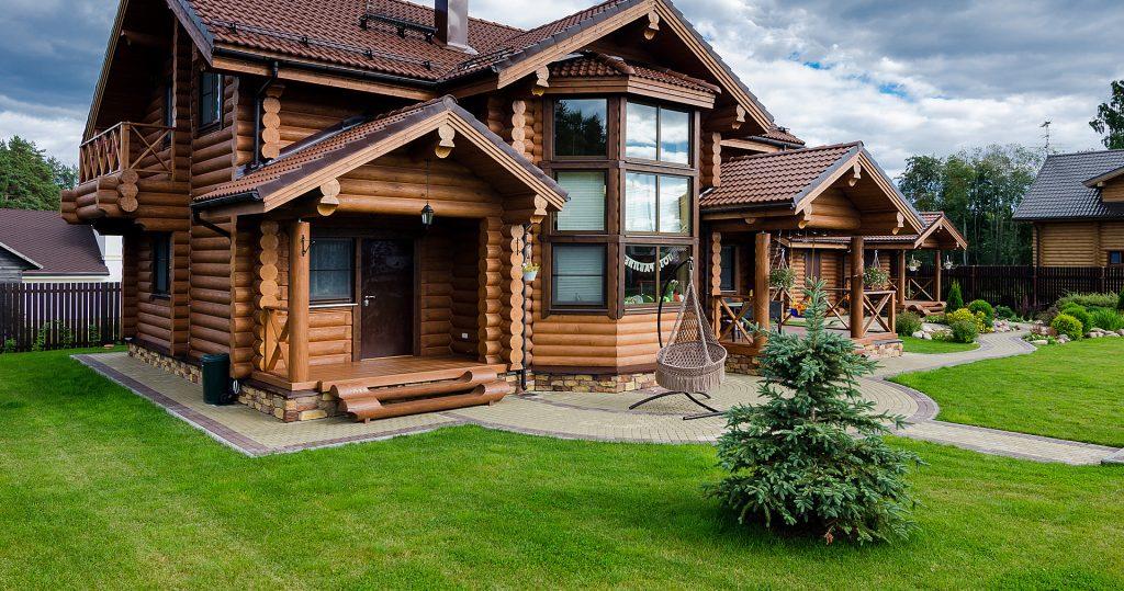 Современный дом построенный и оцилиндрованного бревна