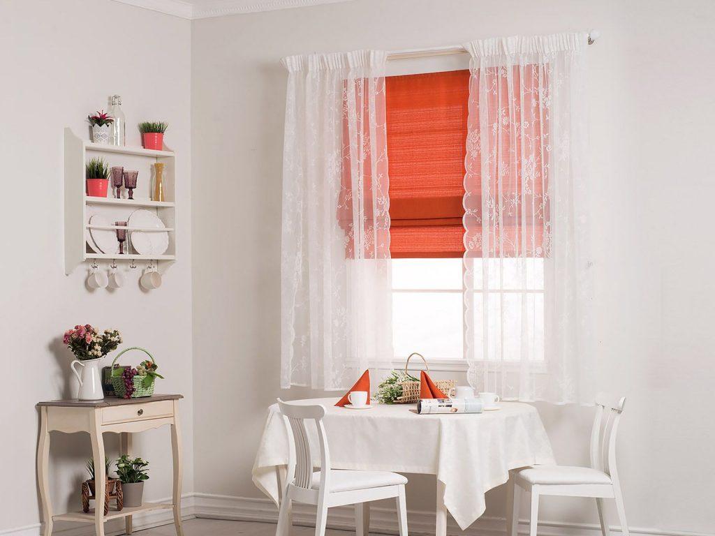 Сочетание римских штор и тюль в интерьере кухни