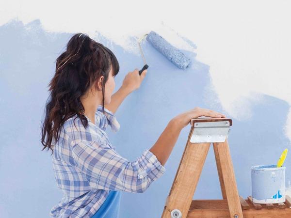 Наносим краску на стены