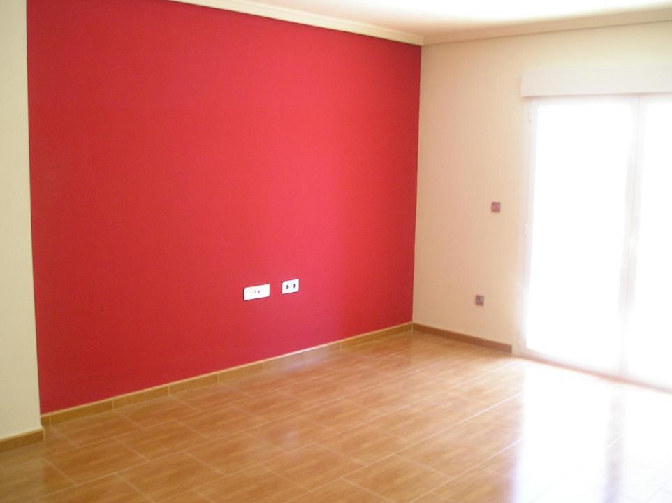 Стена покрашенная красной краской