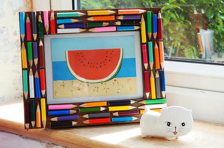 Рамка для фотографий оформленная карандашами
