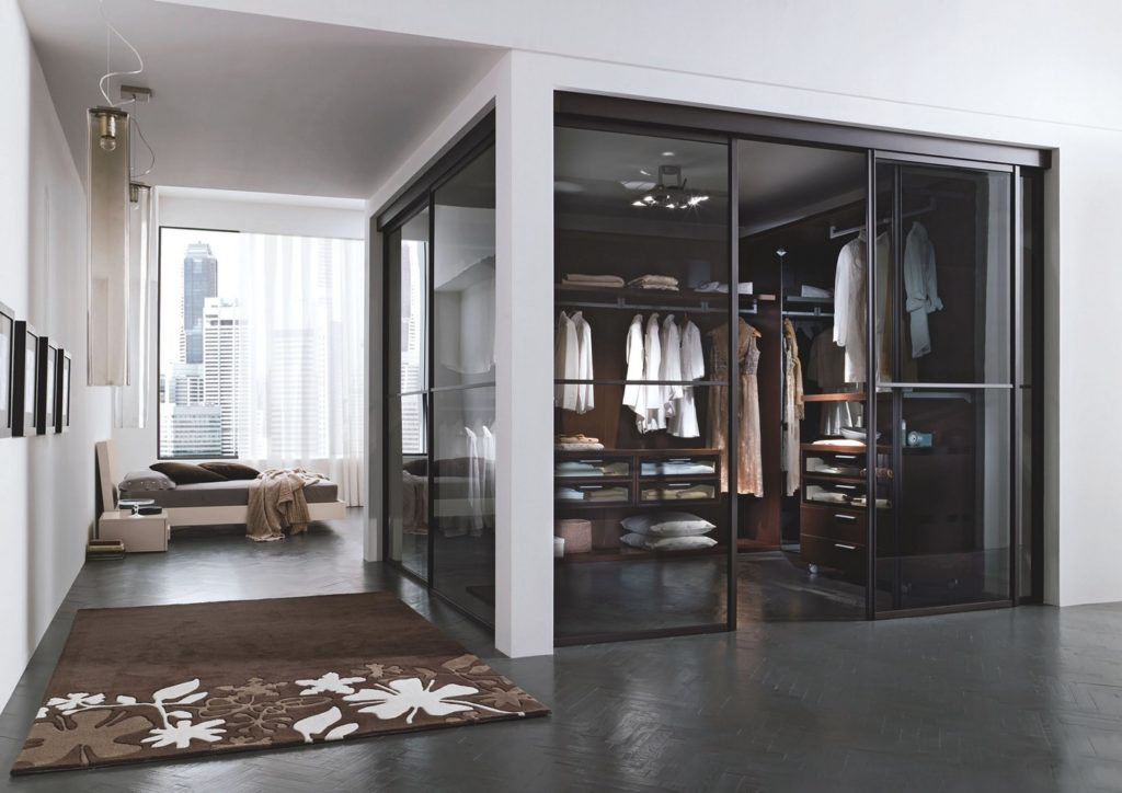 Стеклянные стены в гардеробной