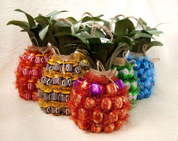 Оригинальный букет из конфет в виде ананаса