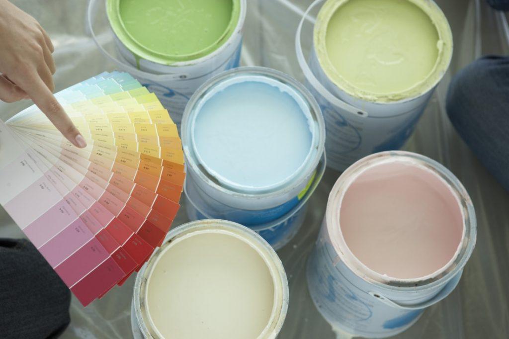 Как подобрать краску для обоев под покраску