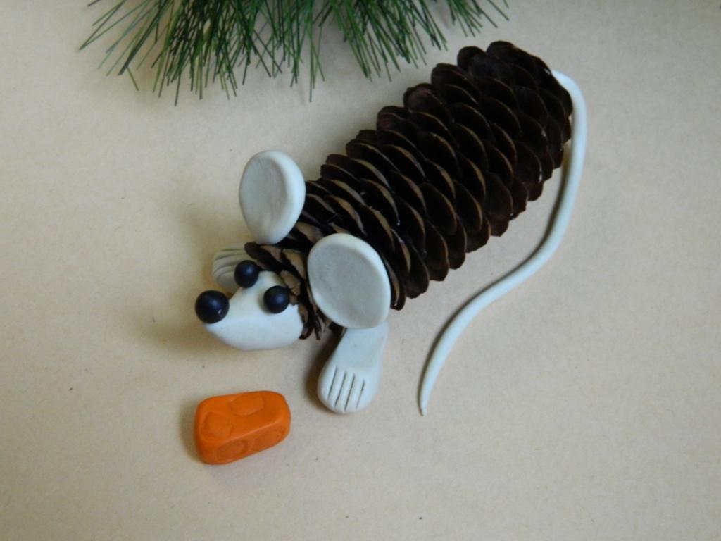 Мышка из шишки и пластилина