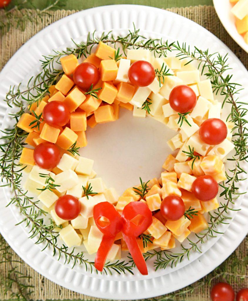 Венок–салат из сыра, помидоров и зелени