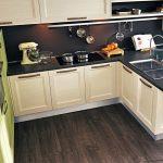 Фото 7: Кухня с тёмным полом
