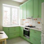 Фото 65: Ментоловый фасад на маленькой кухне