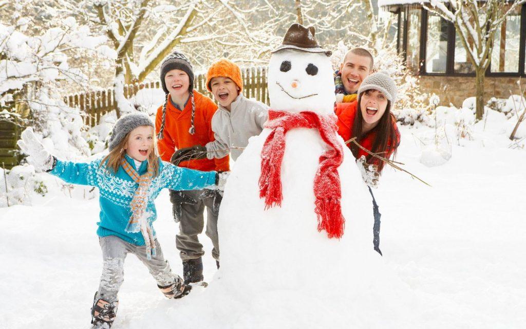 Лепка снеговика всей семьей