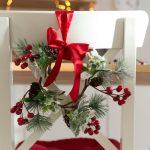 Фото 74: Праздничное украшение стула хвоей