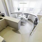 Фото 36: Кухня с окном белая