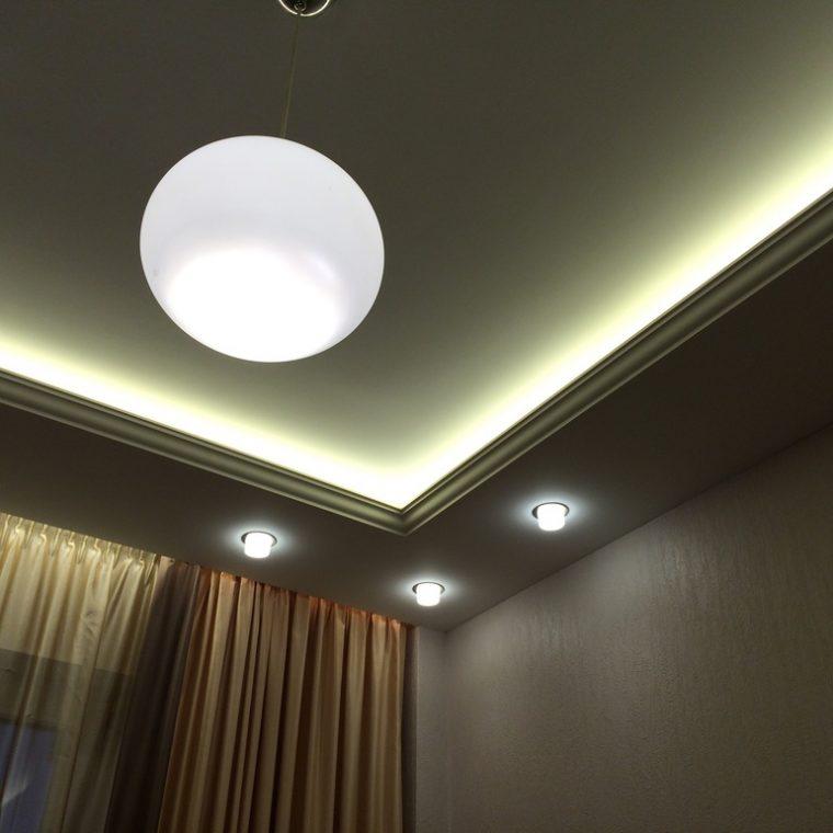 Разновидности конструкций для подсветки потолка светодиодной лентой