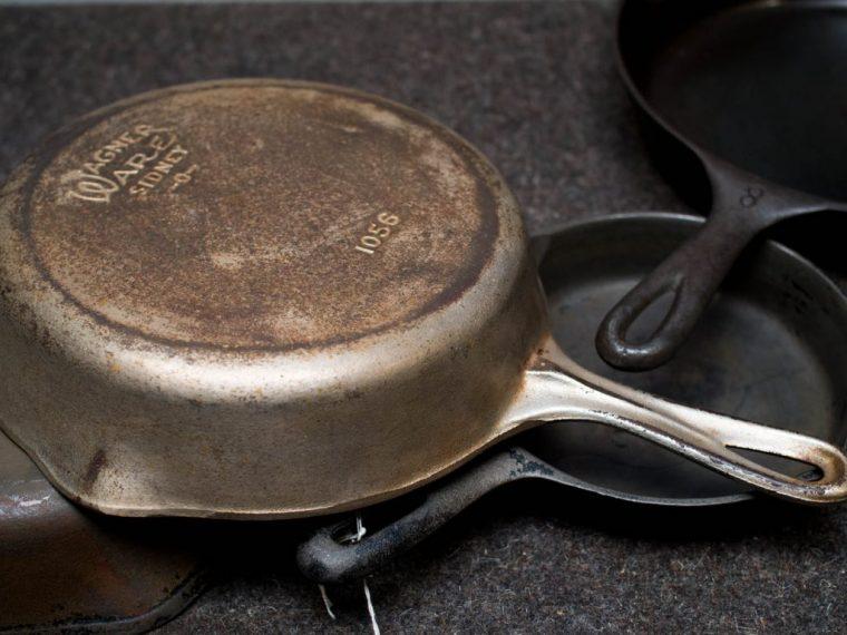 Несколько полезных советов, как быстро очистить чугунную сковороду от нагара